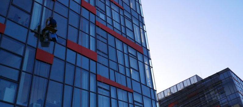 Čiščenje steklenih fasad